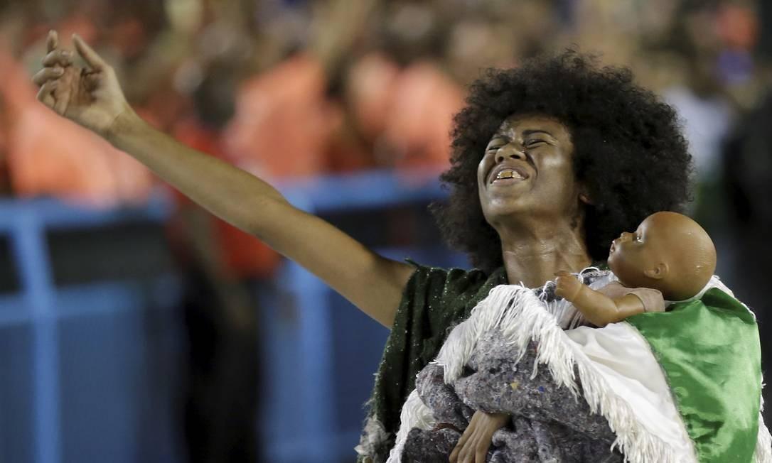 A comissão de frente da Império Serrano foi sobre o nascimento de uma criança Foto: Gabriel de Paiva / Agência O Globo