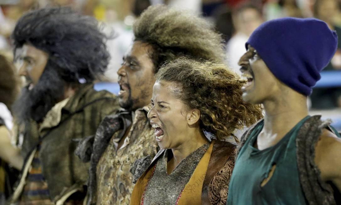 Integrantes da comissão de frente da Império Serrano Foto: Gabriel de Paiva / Agência O Globo