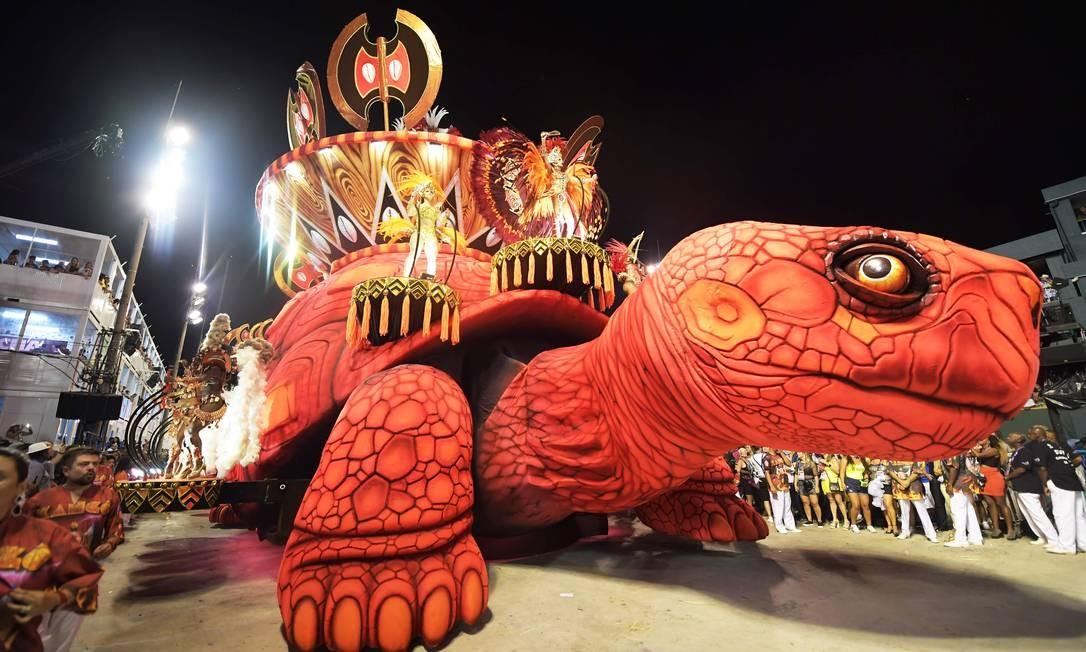 O principal símbolo de Xangô, o machado, decorou alegoria do Salgueiro Foto: Carl de Souza / AFP