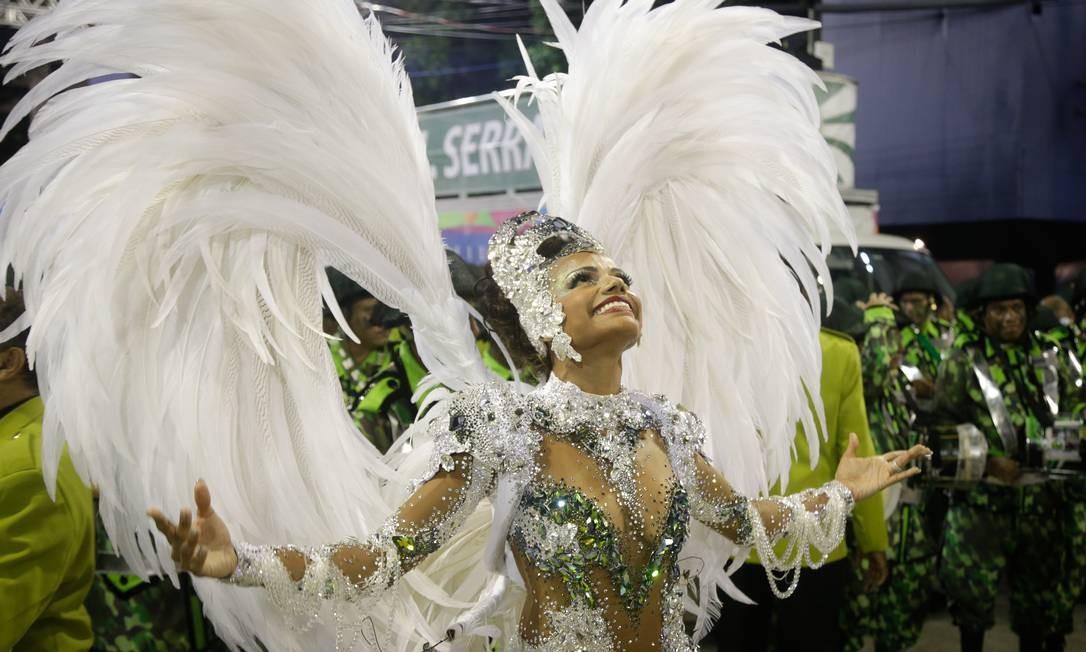 Quitéria Chagas, rainha da bateria da Império Serrano, representou a pomba da paz Foto: Antonio Scorza / Agência O Globo