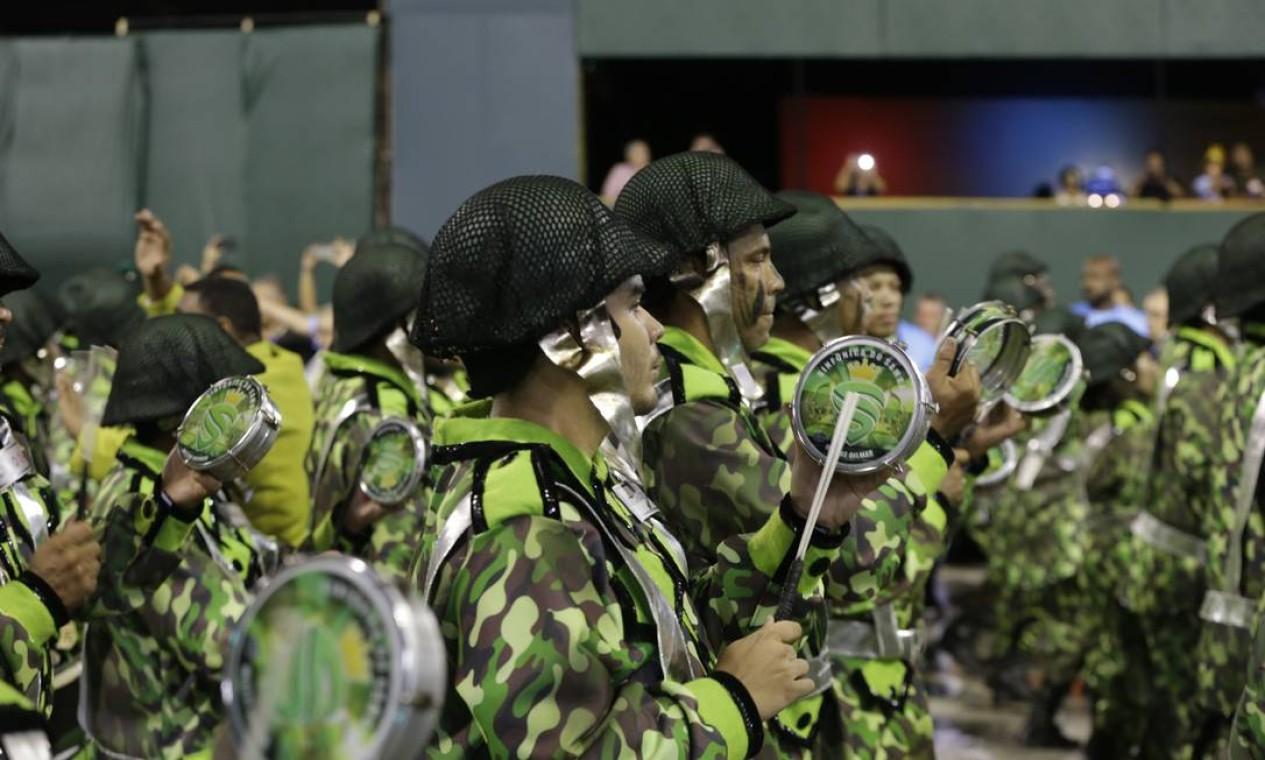 Integrantes da bateria da Império Serrano tocam o enredo baseado em música de Gonzaguinha Foto: Agência O Globo