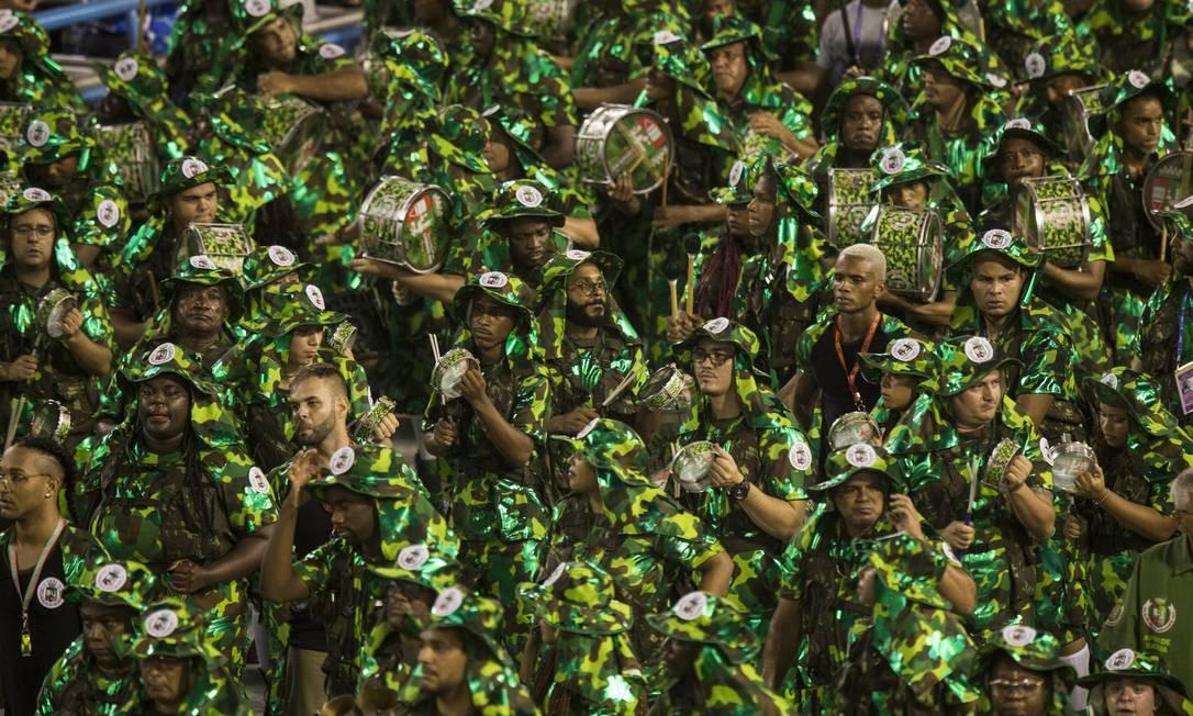 Integrantes da bateria da Grande Rio desfilam na Sapucaí Foto: Guito Moreto / Agência O Globo