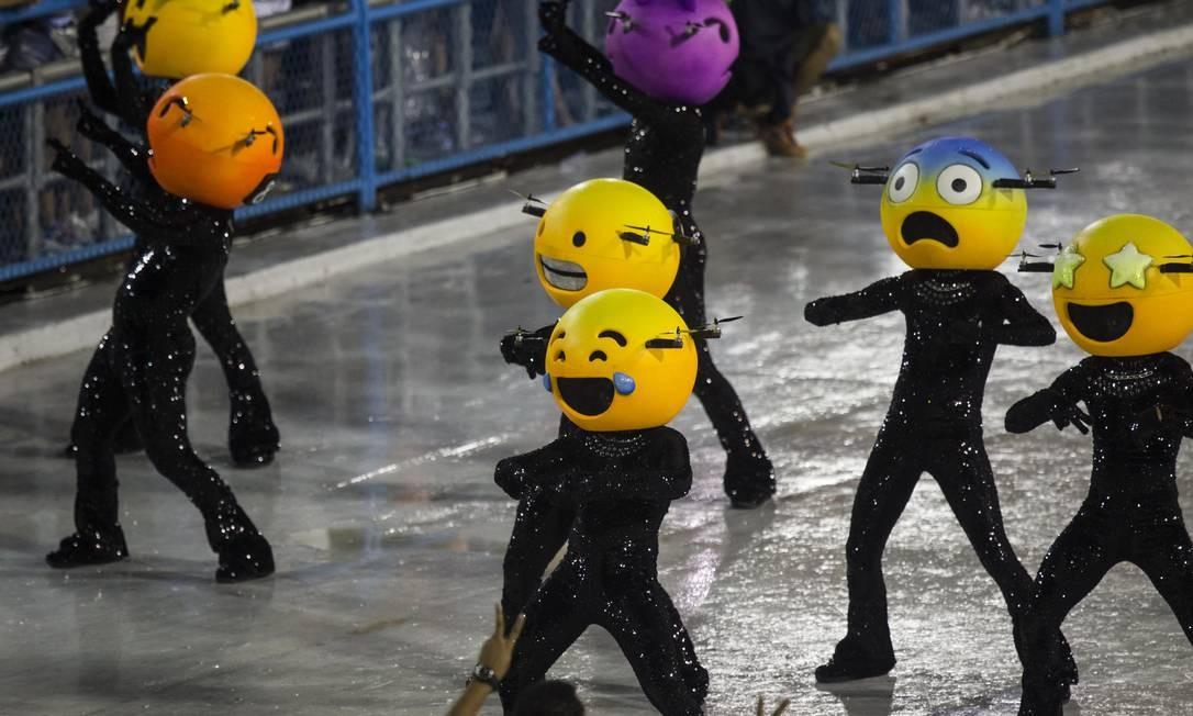 Comissão de frente da Grande Rio trouxe emojis que voavam Foto: Guito Moreto / Agência O Globo