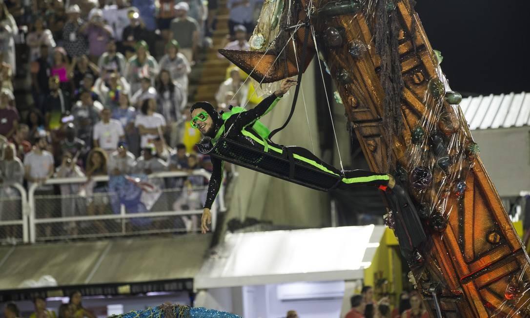 Desfile também tratou do problema da falta de educação relacionada à natureza Foto: Guito Moreto / Agência O Globo