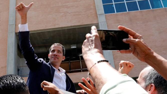 Guaidó ao desembarcar no Aeroporto Simón Bolívar; ele estava fora do país havia dez dias Foto: CARLOS JASSO / REUTERS