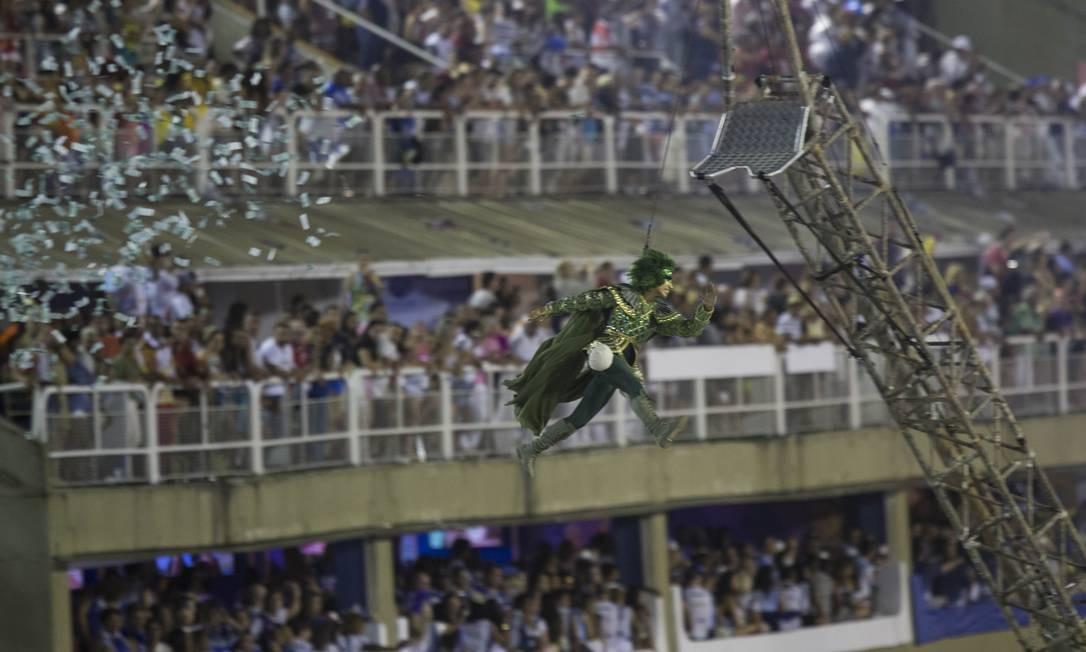 Erguido por um guindaste, o anti-herói que rouba dos ricos para dar aos pobres voa pelo Sambódromo Foto: Guito Moreto / Agência O Globo