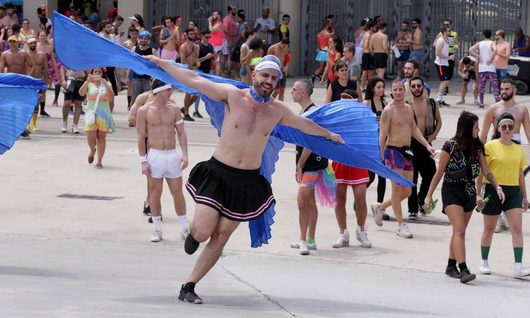 Um pássaro ou um avião? Nao, um folião do Bonytos de Corpos, que saiu da Praça Saens Pena, na Tijuca Foto: Cléber Junior