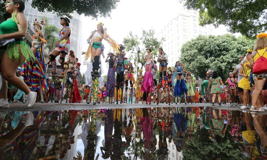 Nem as poças d'água diminuíram a animação dos foliões do Vem Cá Minha Flor Foto: Guilherme Pinto / Guilherme Pinto