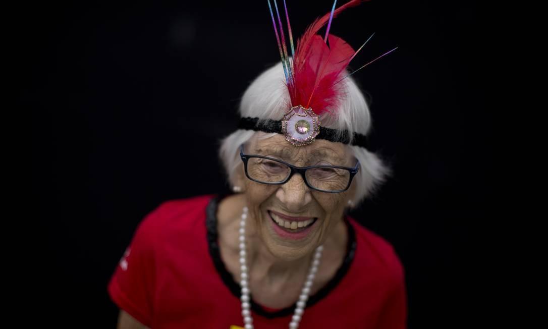 Foliões do carnaval de rua. Na foto, a aposentada Iara Machado Neves, de 87 anos, toca caixa no Bloco Sargento Pimenta Foto: Márcia Foletto / Agência O Globo