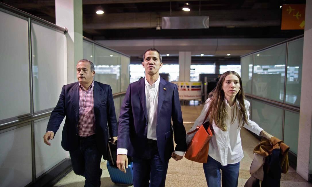 Guaidó e a mulher desembarcam no Aeroporto Internacional Simón Bolívar Foto: DONALDO BARROS / AFP
