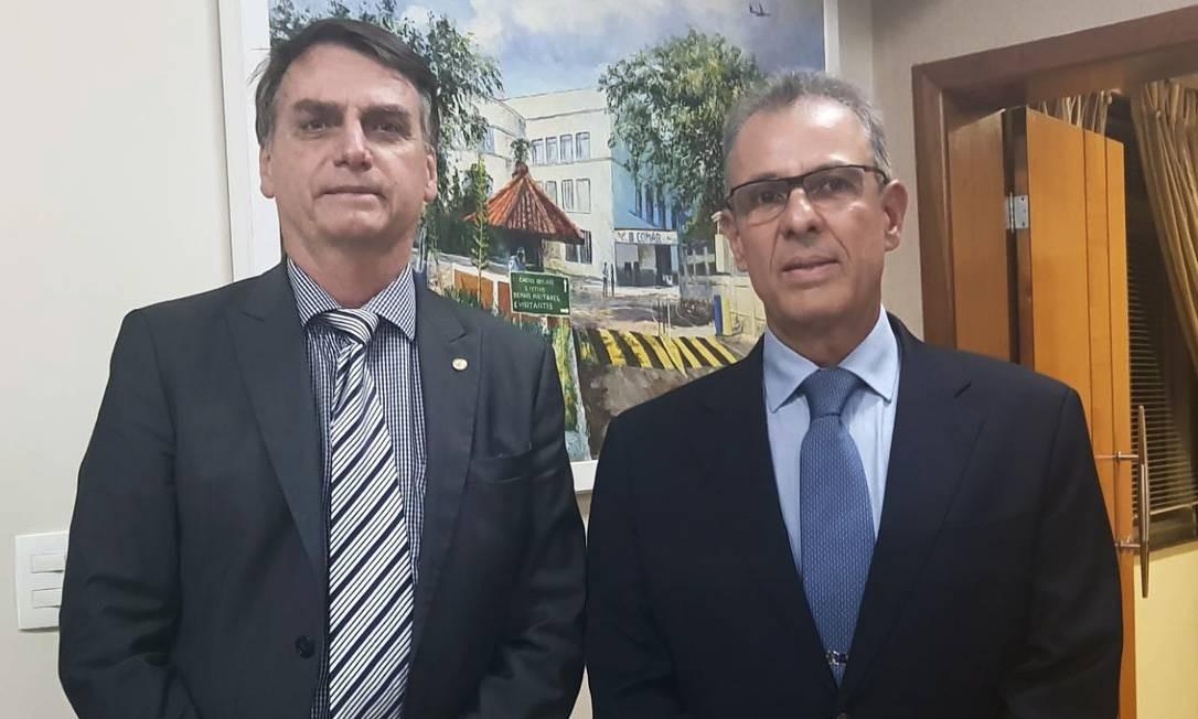 O presidente Jair Bolsonaro e o ministro de Minas e Energia Bento Alburquerque Foto: Agência O Globo