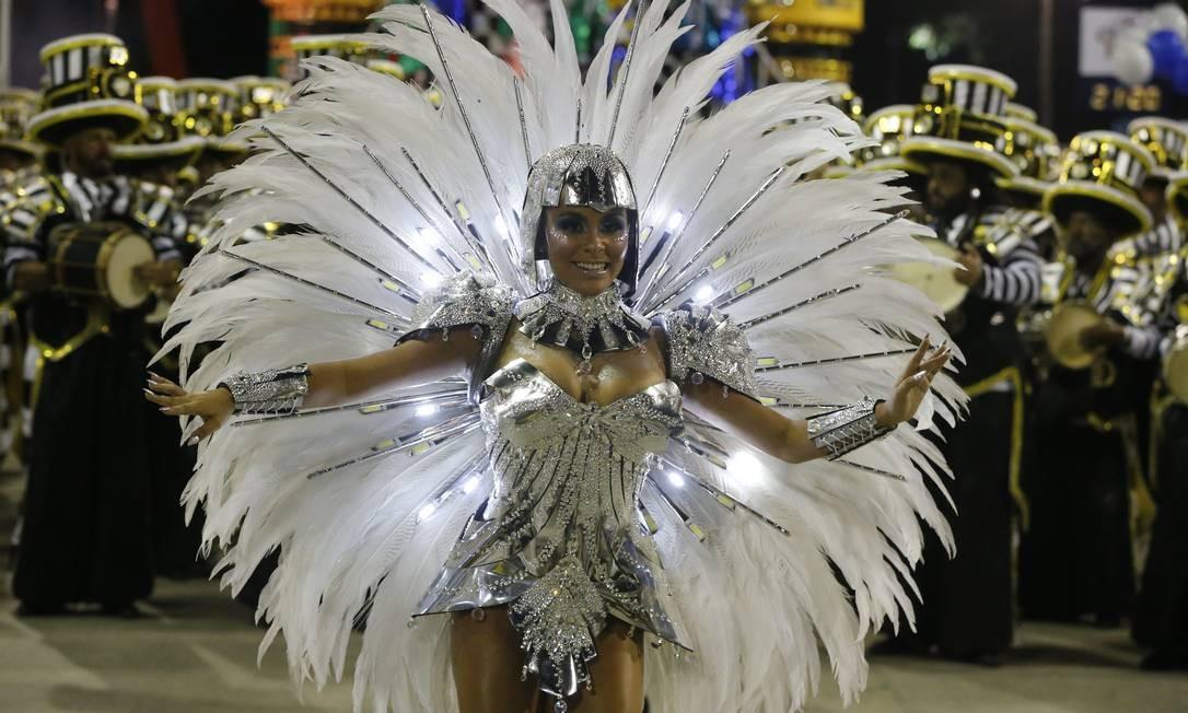 A rainha de bateria Raphaela Gomes também brilhou na Avenida, com luzes de LED Foto: Domingos Peixoto / Agência O Globo