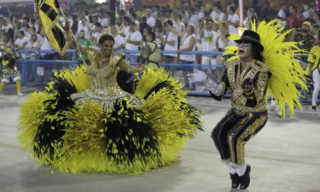 Na crítica da São Clemente à mercantilização do samba, o mestre-sala e a porta-bandeira vieram de Michael Jackson e Madonna Foto: GABRIEL DE PAIVA / Agência O Globo