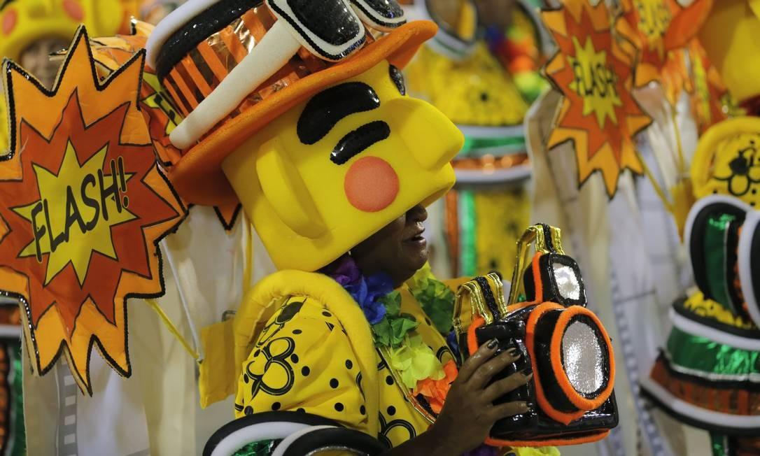 'Tem gringo no samba', diz a alegoria da escola; sobrou também para os estrangeiros, que, de acordo com a São Clemente, precisam levar o carnaval a sério ao desfilar Foto: Alexandre Cassiano / Agência O Globo