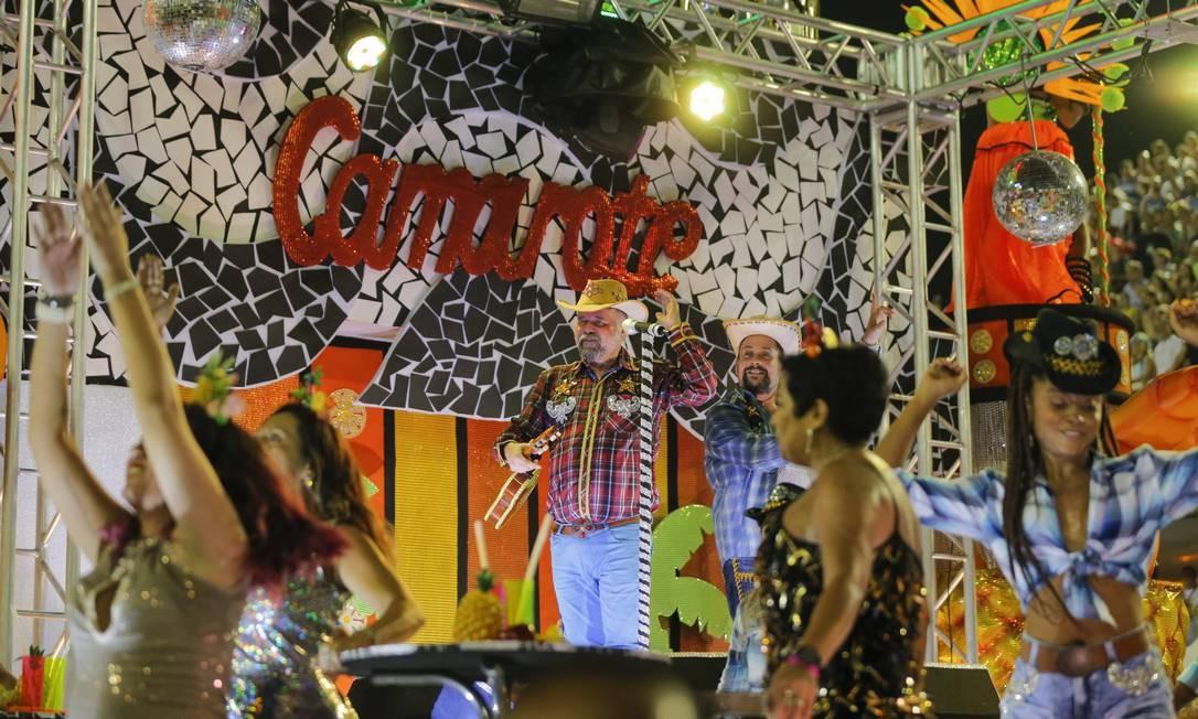'Nosso povão ficou fora da jogada', diz o carro 'camarote' da São Clemente; a alegoria é uma crítica direta à elitização do carnaval; sobrou até para a música sertaneja Foto: Alexandre Cassiano / Agência O Globo