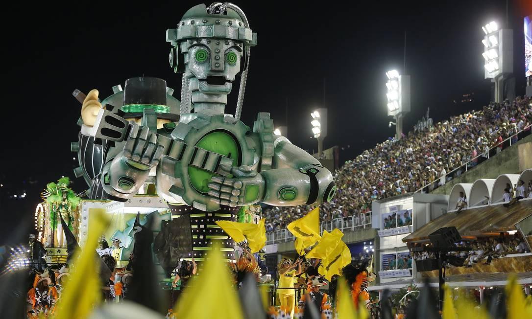 'Hoje o samba é dirigido com sabor comercial', dizia terceiro carro alegórico Foto: Pablo Jacob / Agência O Globo