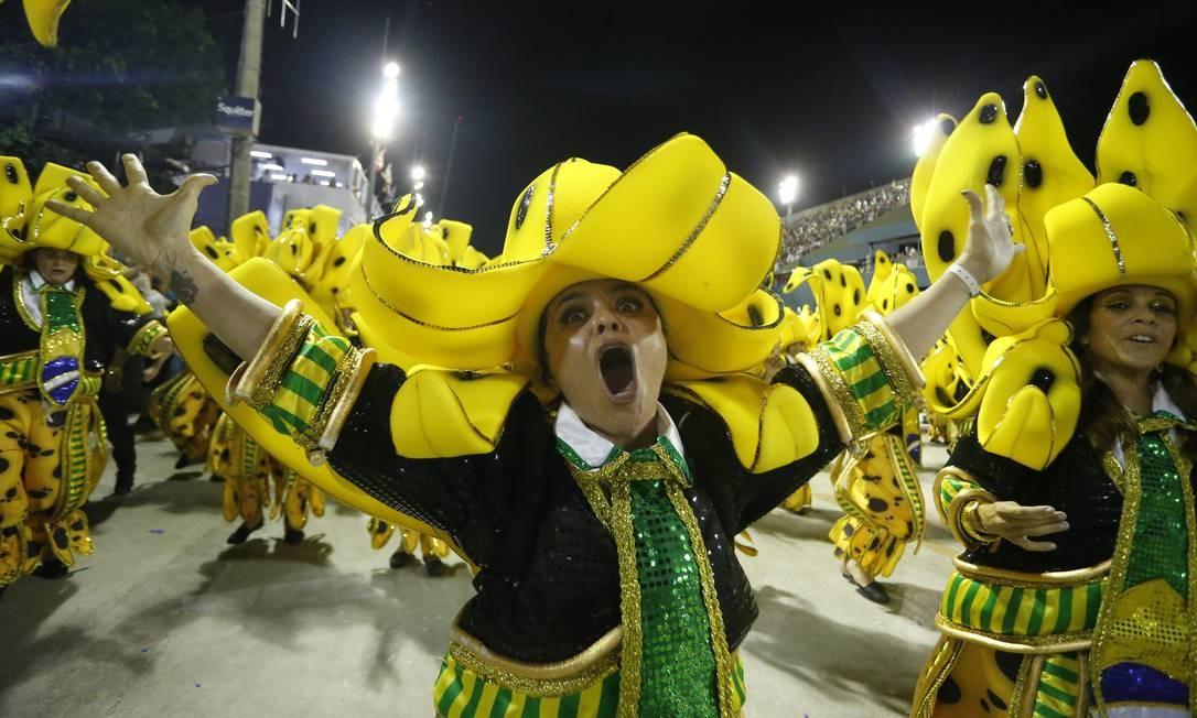 'Yes! Nós temos bananas!'; ala da São Clemente, baseada no desfile de 1989, exclama: 'Sai para lá estrangeirismo!' Foto: Terceiro / Agência O Globo