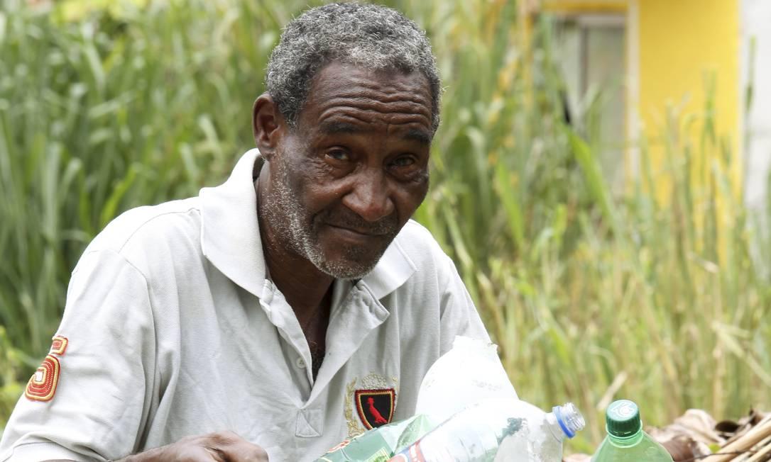 Sem emprego e sem os requisitos para se aposentar, Carlos dos Santos, de 61 anos, cata recicláveis. Ele é um dos 7 milhões de 'nem-nem' maduros Foto: Fábio Guimarães / Agência O Globo
