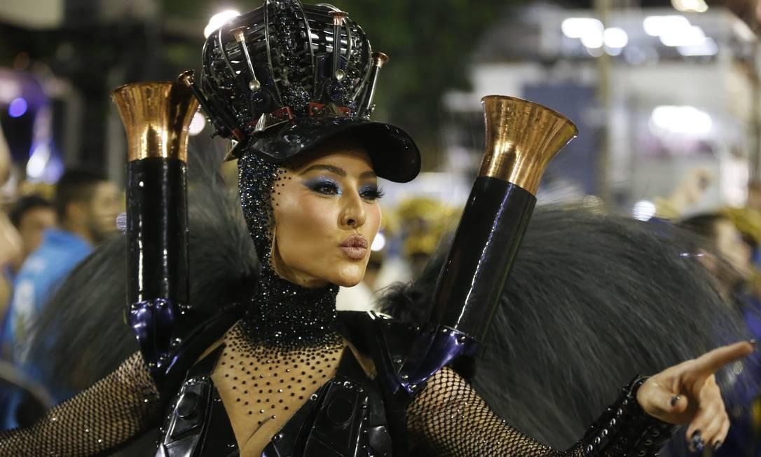 Sabrina Sato desfilou dando vida à Maria-Fumaça. 'Matéria de combustível' da Rainha de Bateria para a Swingueira de Noel Foto: Domingos Peixoto / Agência O Globo