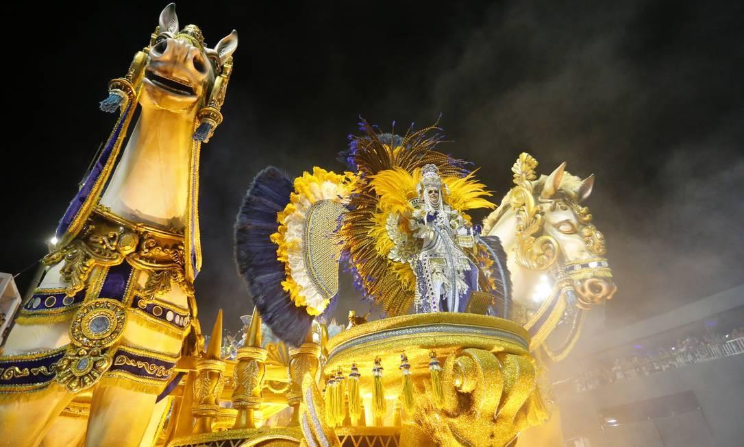 Carro retrata a carruagem imperial Foto: Domingos Peixoto / Agência O Globo