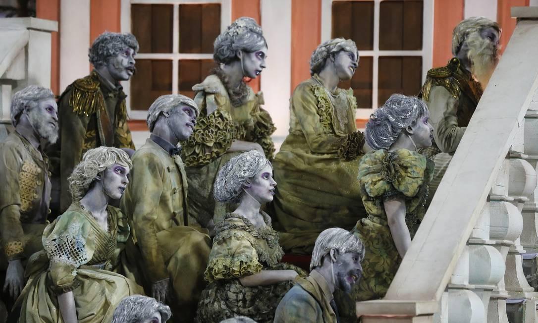 Comissão de frente da Vila, representando fantasmas do palácio imperial de Petrópolis, foi destaque no desfile Foto: Pablo Jacob / Agência O Globo
