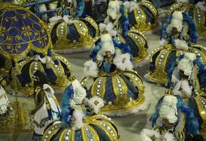 'Ao girar da sua coroa, sua alteza Vila Isabel', dá nome à ala das baianas Foto: Guito Moreto / Agência O Globo