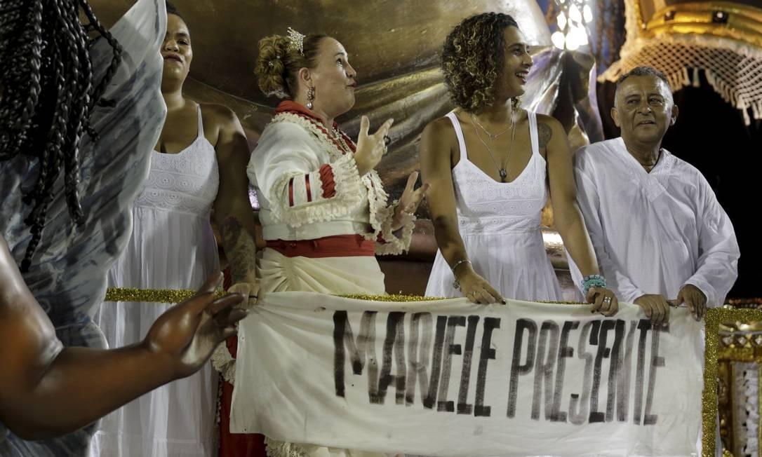 A família da vereadora Marielle Franco desfilou no último carro da Vila Isabel, que representa o mal da escravidão que afligiu o Brasil Foto: GABRIEL DE PAIVA / Agência O Globo