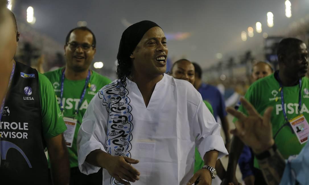 Mais uma vez, Ronaldinho esteve presente à Sapucaí Foto: Alexandre Cassiano / Agência O Globo