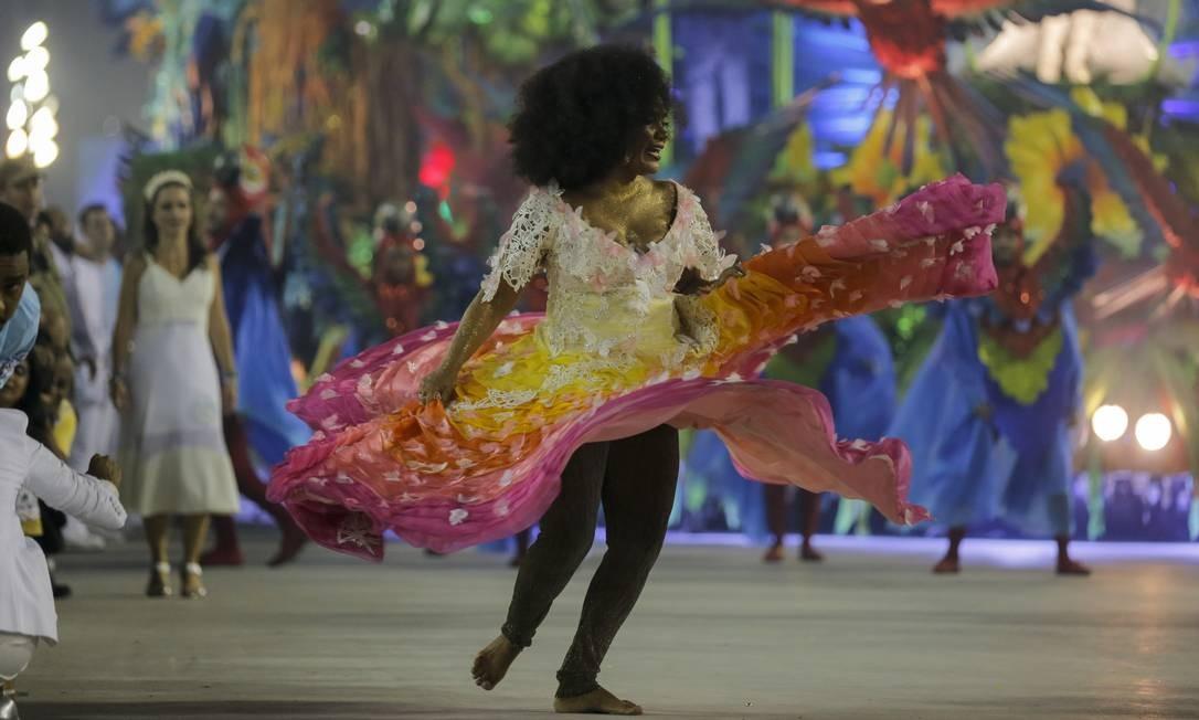 Portela abusou das cores no desfile desta segunda-feira Foto: Alexandre Cassiano / Agência O Globo