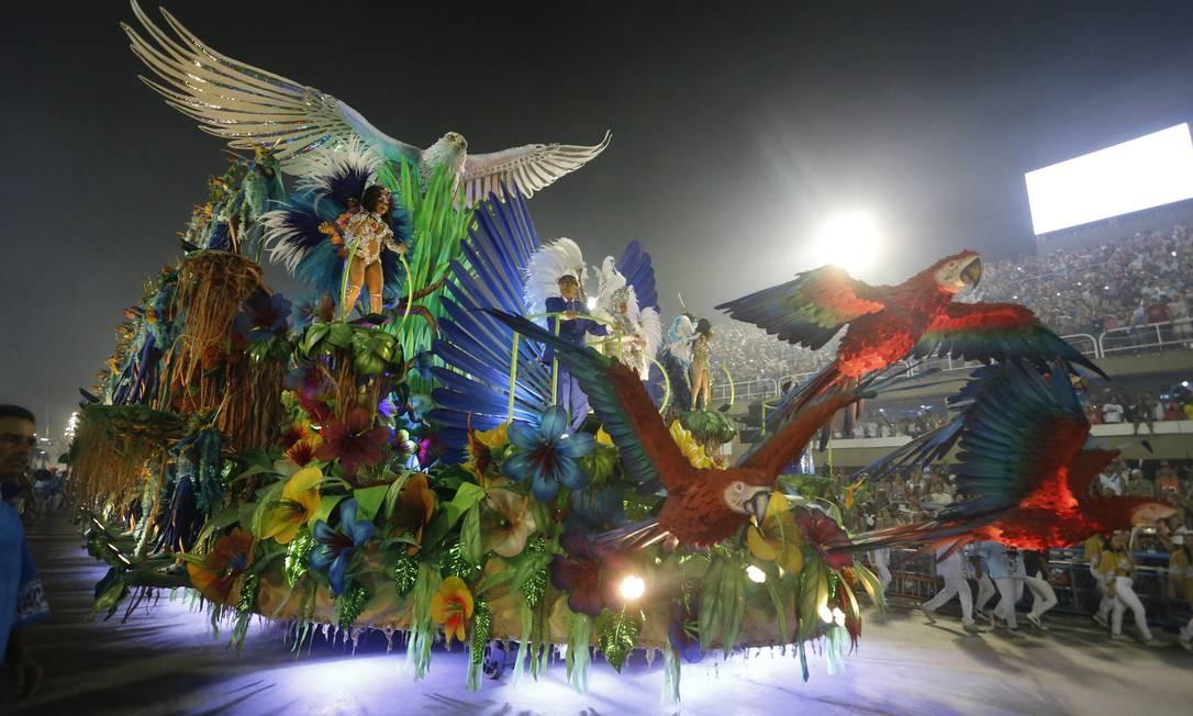 Monarco e Surica foram destaques no carro, que exaltou a natureza e esbanjou das cores Foto: Domingos Peixoto / Agência O Globo