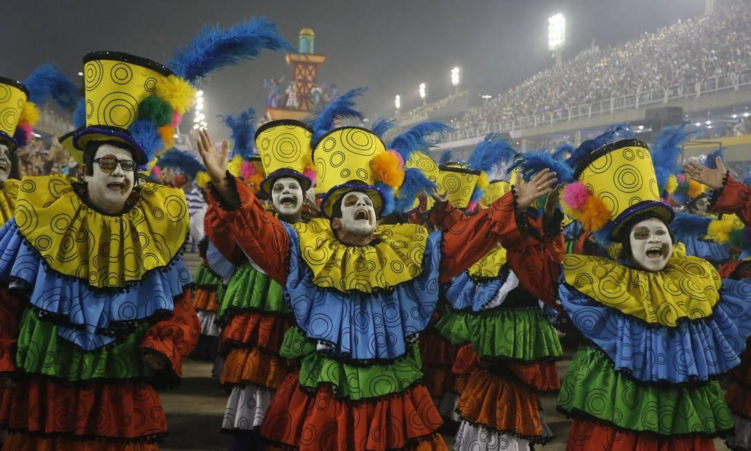 Palhaços colorem o desfile da Portela Foto: Domingos Peixoto / Agência O Globo