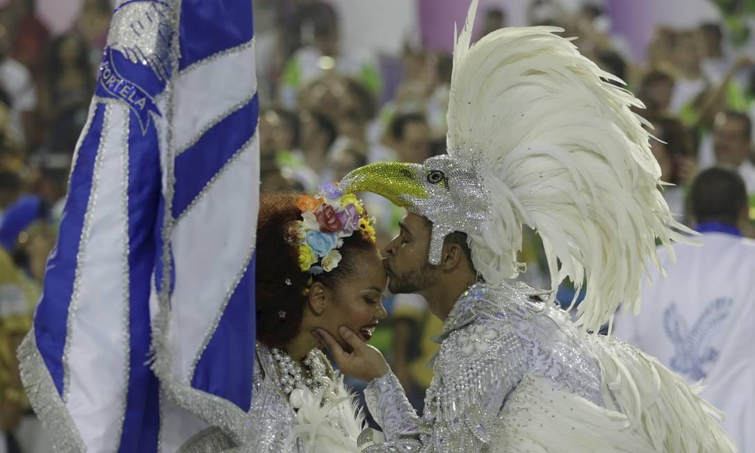 Lucinha Nobre, caracterizada como Clara Nunes, foi um dos grandes destaques da Portela, ao lado do mestre-sala Marlon Lamar Foto: GABRIEL DE PAIVA / O Globo