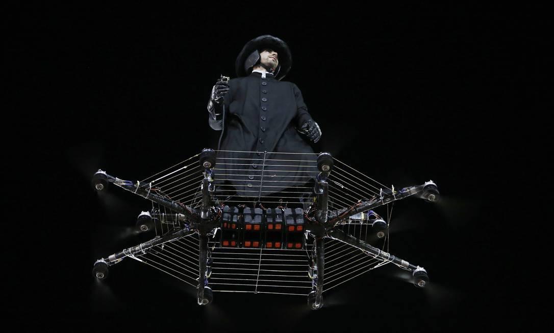 O romeno Alexander Duru voou sobre a Avenida representando Padim Ciço Foto: Pablo Jacob / Agência O Globo