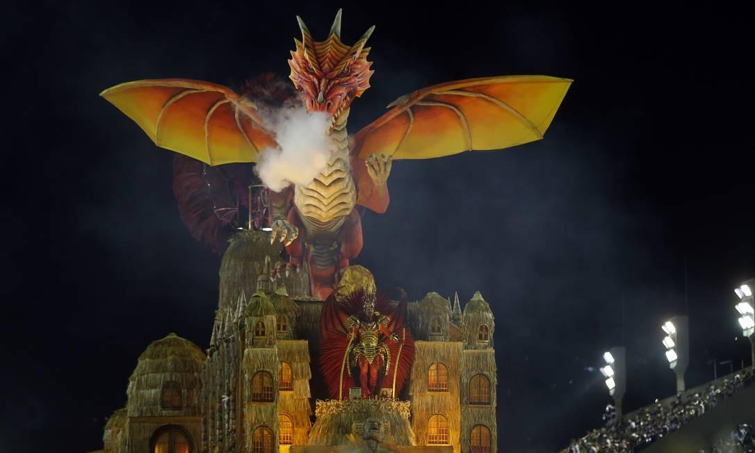 'O dragão de Ipu e o Tesouro Holandês', o abre-alas representou a lenda cearense Foto: Pablo Jacob / Agência O Globo