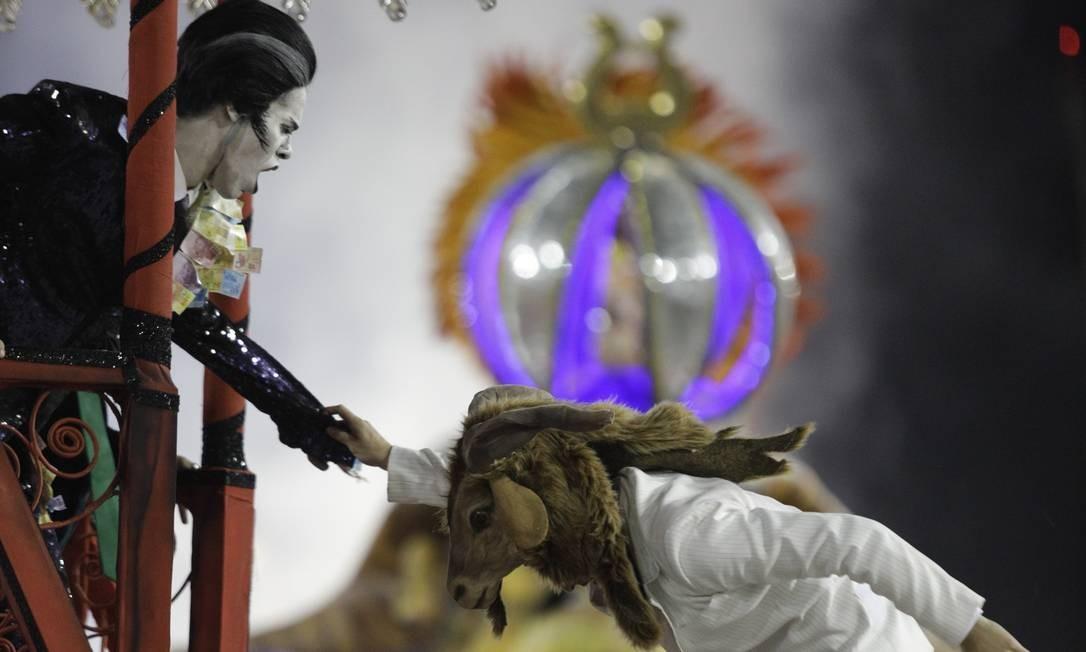 Comissão de frente da Tuiuti foi o grande destaque da escola em seu desfile; Bode Ioiô é eleito Foto: GABRIEL MONTEIRO / Agência O Globo