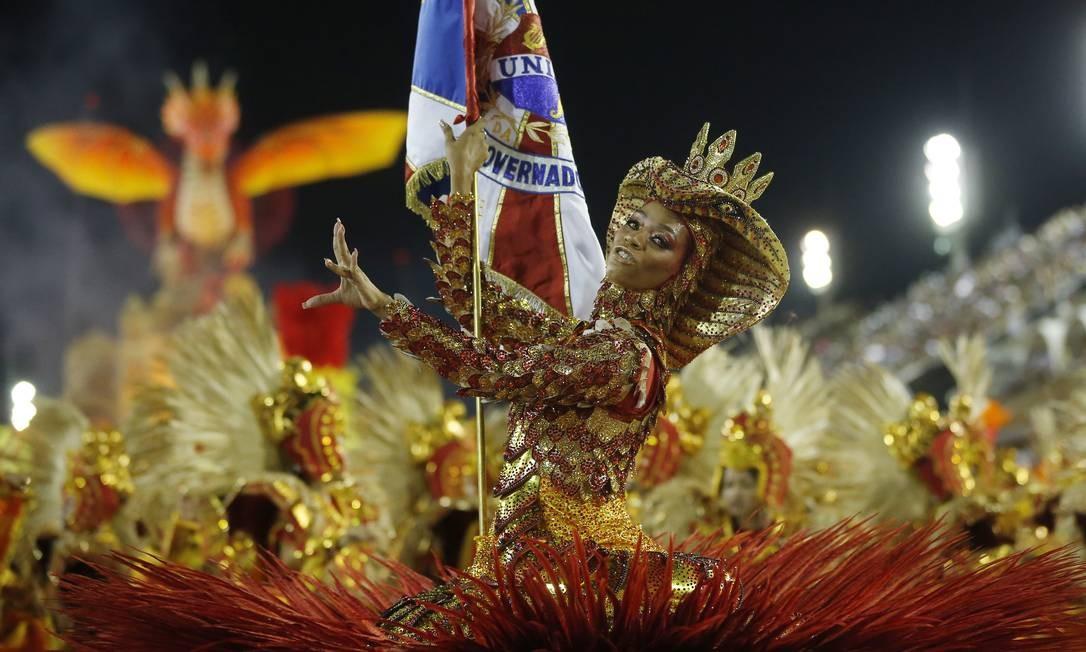 Porta-bandeira Dandara Ventapane carrega pavilhão da União da Ilha Foto: Pablo Jacob / Agência O Globo