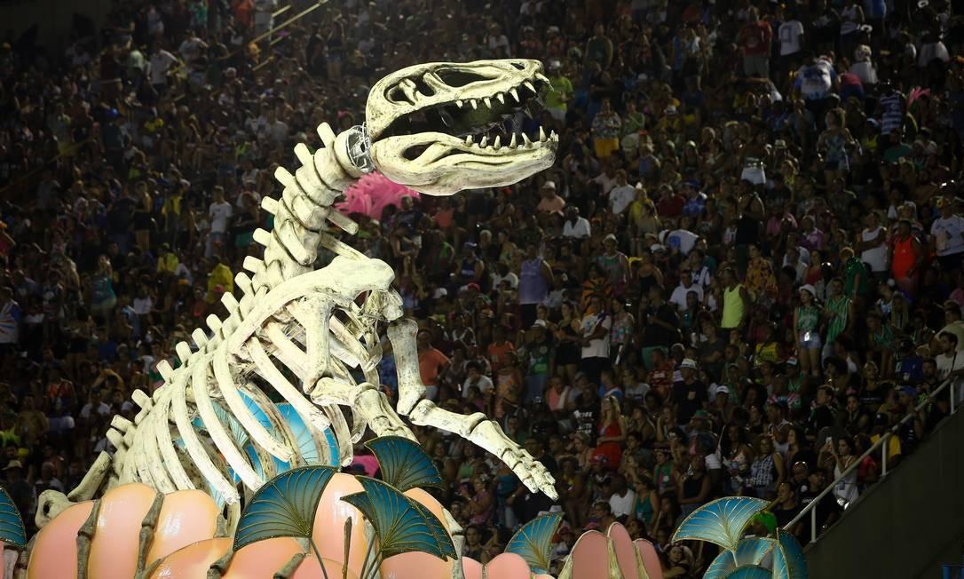 Esqueleto de dinossauro adornou dianteira de carro alegórico da União da Ilha Foto: Pablo Jacob / Agência O Globo