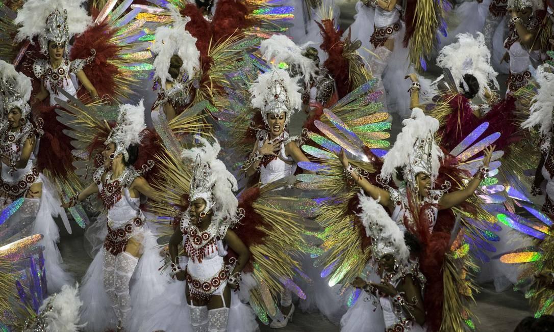 Passistas da União da Ilha cantam e dançam durante desfile Foto: Guito Moreto / Agência O Globo