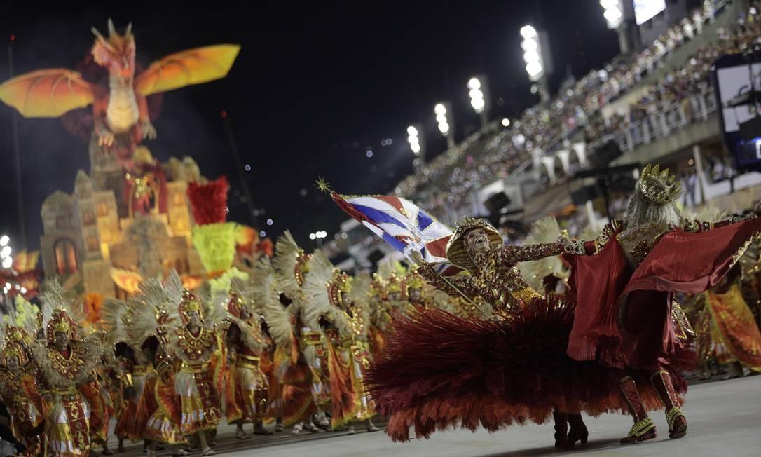Dandara e Phelipe dançam diante da União da Ilha Foto: GABRIEL MONTEIRO / Agência O Globo