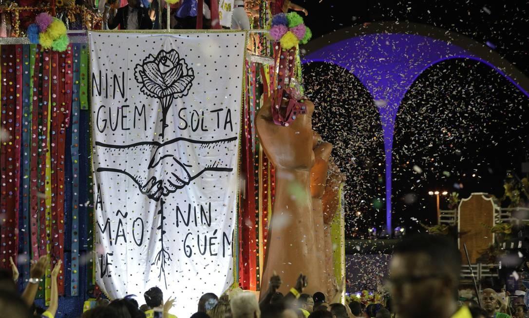 Público vibrou com mensagens no último carro da Tuiuti, apesar de problemas técnicos Foto: GABRIEL MONTEIRO / Agência O Globo