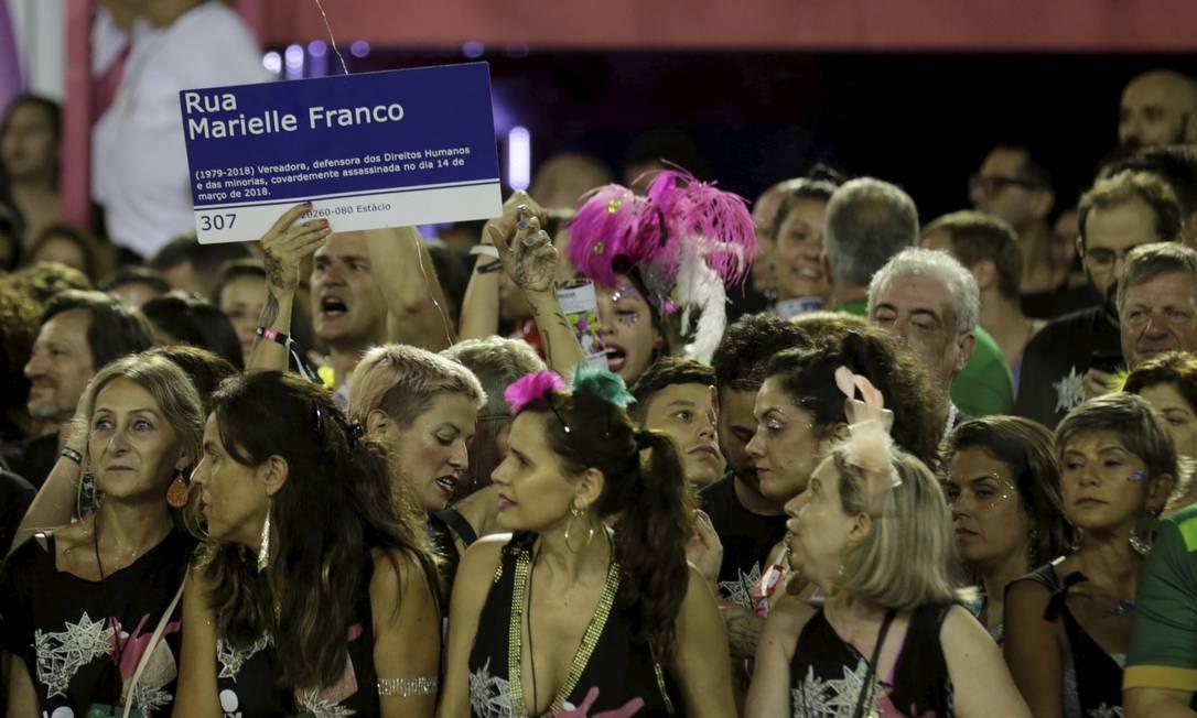 Manifestações por Marielle foram vistas por toda a Sapucaí durante o desfile da Mangueira Foto: MARCELO THEOBALD / Agência O Globo