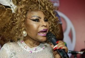 Elza Soares cantou antes de seguir para desfilar pela Mocidade Foto: Brenno Carvalho / Agência O Globo