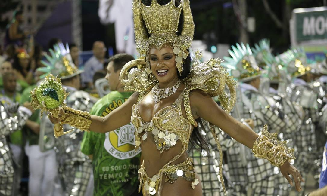 Rainha de bateria da Mocidade, Aline Oliveira brilhou na Avenida Foto: Márcio Alves / Agência O Globo