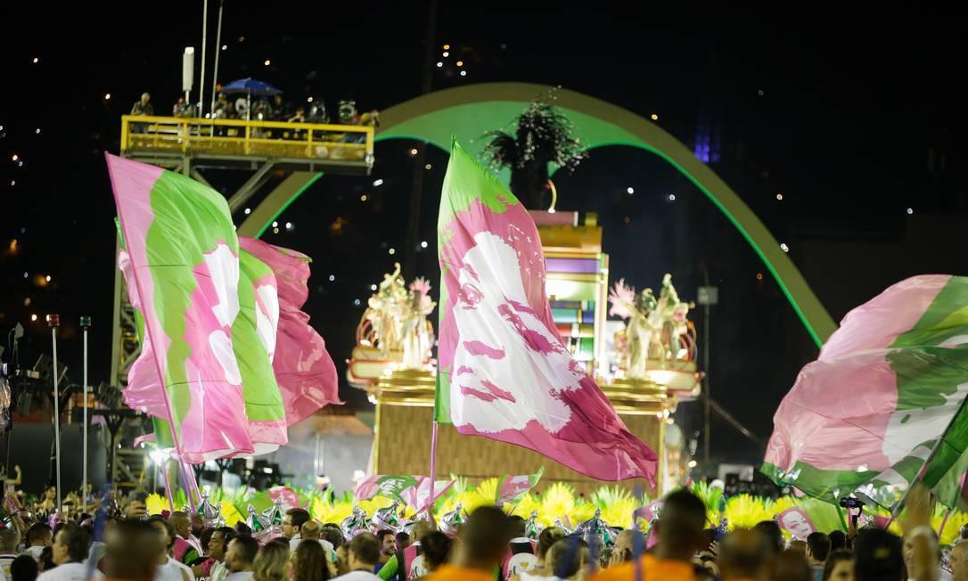 Mangueira encerrou o desfile em ala com bandeiras de ícones da escola; Marielle, tônica do cortejo, foi representada Foto: Antonio Scorza / Agência O Globo