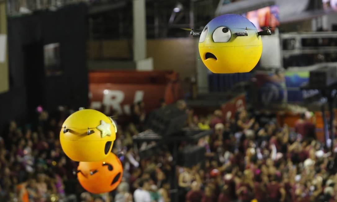 No quesito inovação, os emojis voadores da Grande Rio conquistaram os jurados Foto: Luis Alvarenga / Agência O Globo