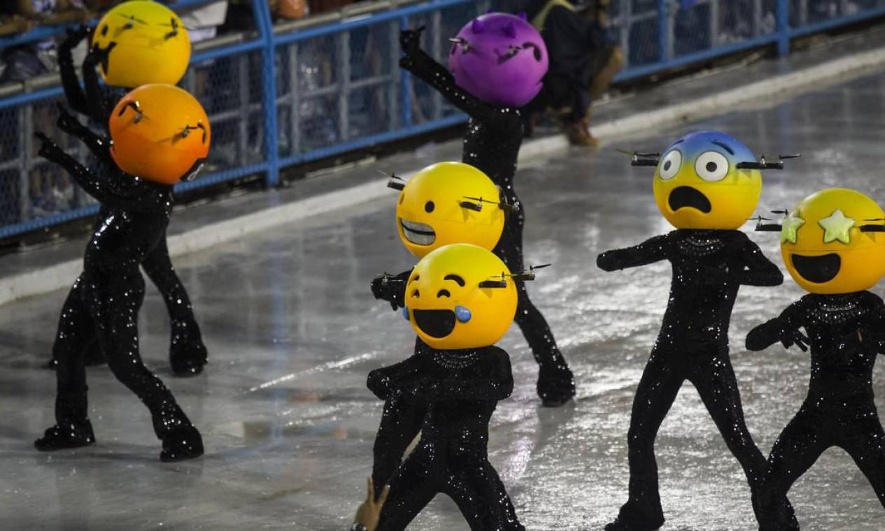 Emojis voadores, que conquistaram no quesito inovação, faziam parte da comissão de frente da Grande Rio Foto: Guito Moreto / Agência O Globo
