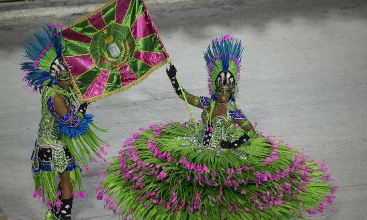 Squel Jorgea, da Mangueira, ganhou como melhor porta-bandeira Foto: Guito Moreto / Agência O Globo