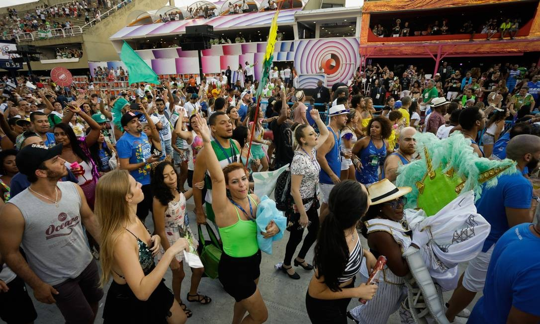 Ao fim da Mocidade, público pulou para pista do Sambódromo e se esbaldou no samba Foto: Antonio Scorza / Agência O Globo