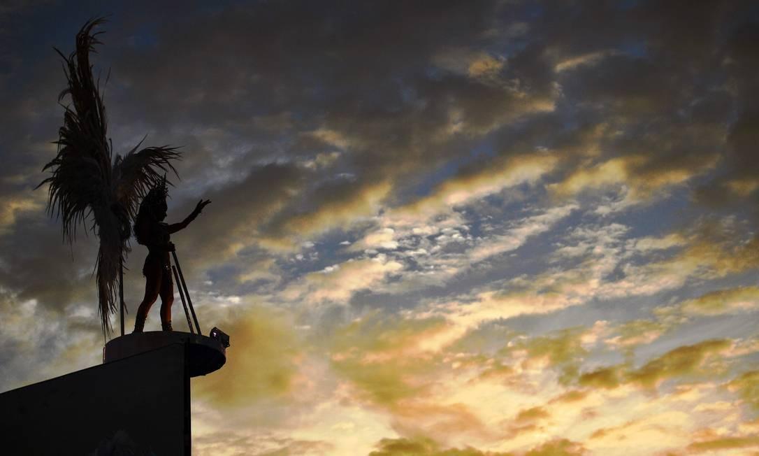 Destaque da Mocidade canta ao amanhecer na Sapucaí Foto: CARL DE SOUZA / AFP