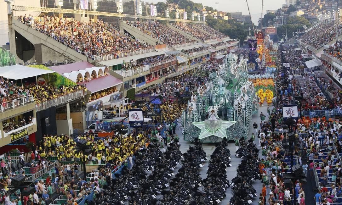 """Mocidade deixou Sambódromo sob os gritos de """"é campeã"""" Foto: Luis Alvarenga / Agência O Globo"""